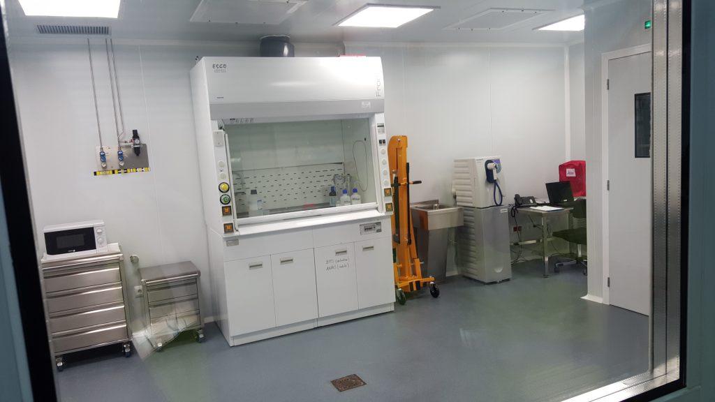 El LSC posee una sala limpia, libre de polvo donde puede trabajarse con los componentes electrónicos más delicados de los diferentes experimentos.