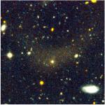 Galaxia Ultra Difusa DF4, deformada por la fuerza de gravedad ejercida por las otras galaxias del grupo. Crédito: Detalle de la Figura 5 de Merrit et al., 2016 (arXiv:1610.01609v1)